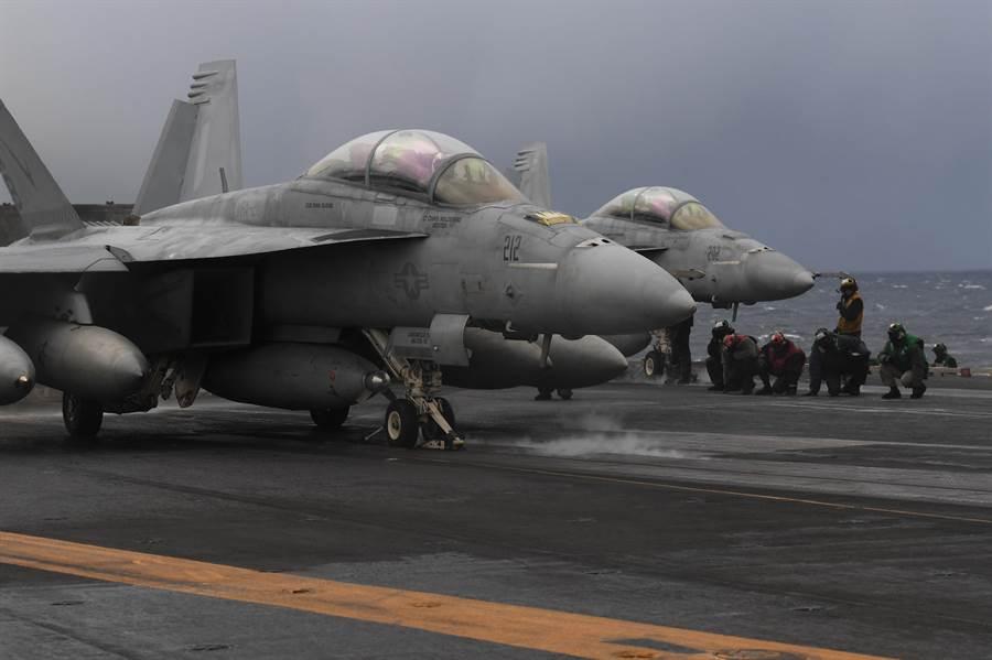 圖中是目前正在挪威進行演習的美國海軍杜魯門號航空母艦,甲板上的F/A-18超級大黃蜂戰機正預備出任務。F/A-18如果改良為適形油箱,就可不必如圖中的戰機掛載這麼多的副油箱,也因此能加掛遠程飛彈。(圖/美國海軍)