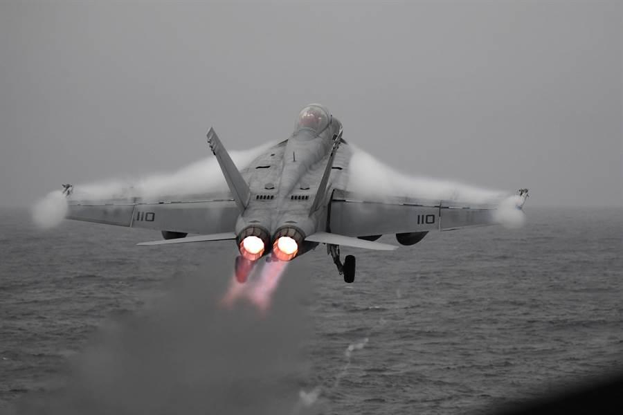 經過油箱改良與飛彈改裝,F/A-18超級大黃蜂可以成為美國海軍的終極武器。圖為杜魯門號航母上的超級大黃蜂。(圖/美國海軍)