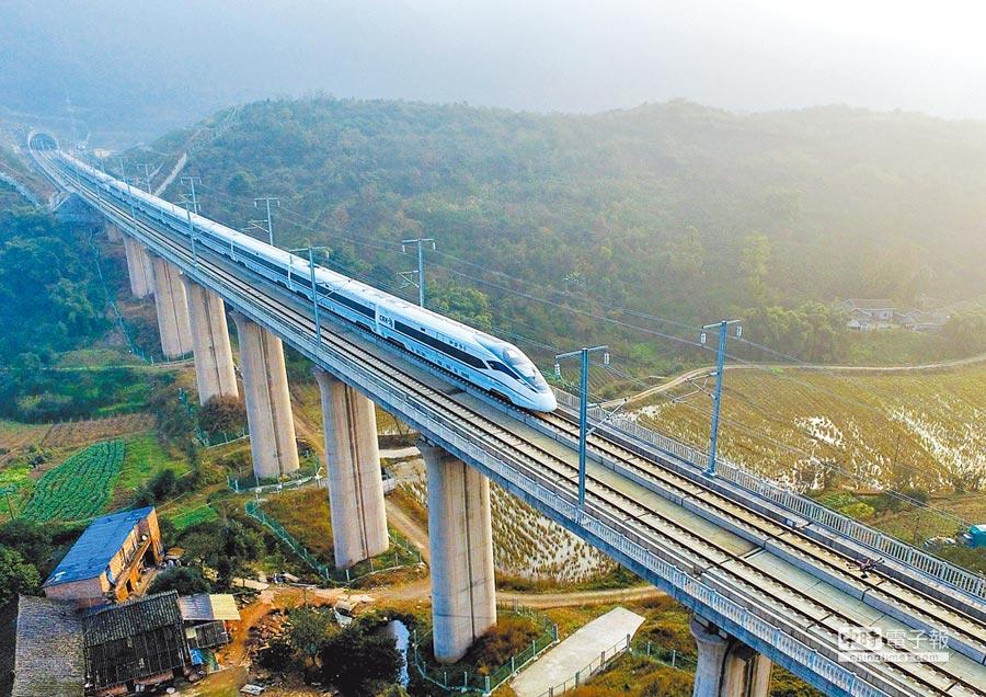 從重慶北站發出的成渝高鐵,列車在重慶市璧山區的鐵路橋上飛馳。(新華社資料照片)