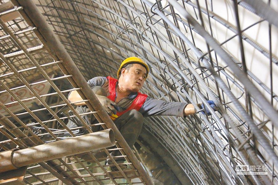 一名工人在鄭萬高鐵重慶段一隧道內進行作業。(新華社資料照片)
