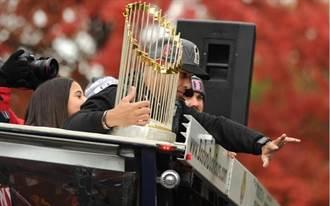 影》紅襪冠軍獎盃竟被啤酒罐砸壞!林子偉也在同輛車