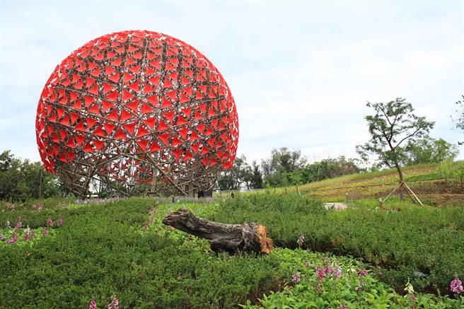 后里森林園區「聆聽花開的聲音」大型裝置藝術今(1)日提前亮相。(圖/中市府)