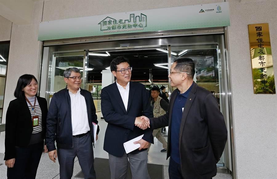 民進黨台北市長候選人姚文智1日參加立院內政委員會「國家住宅及都市更新中心」考察。(張鎧乙攝)