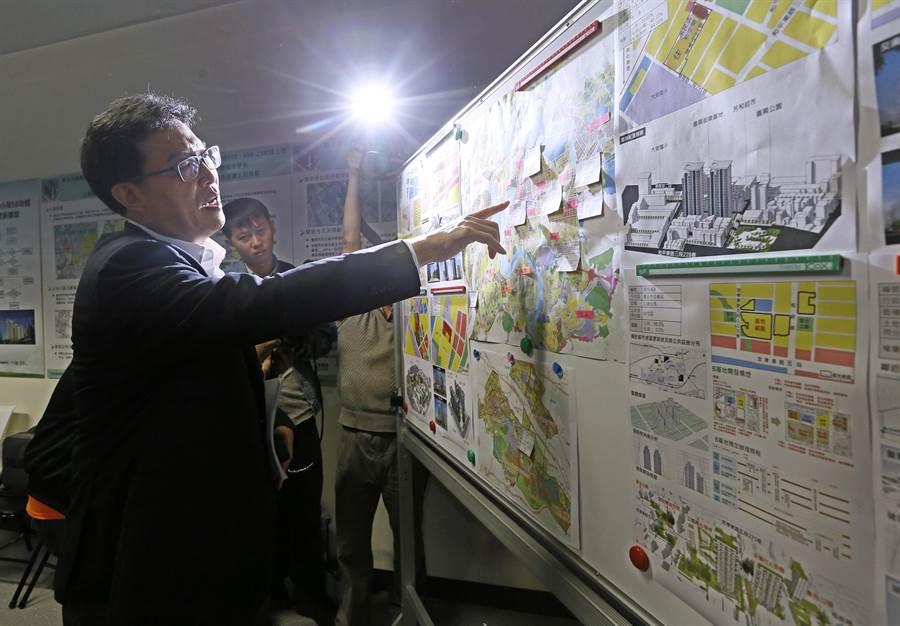 考察期間,姚也不忘推銷他的水岸Skyline競選政見。(張鎧乙攝)