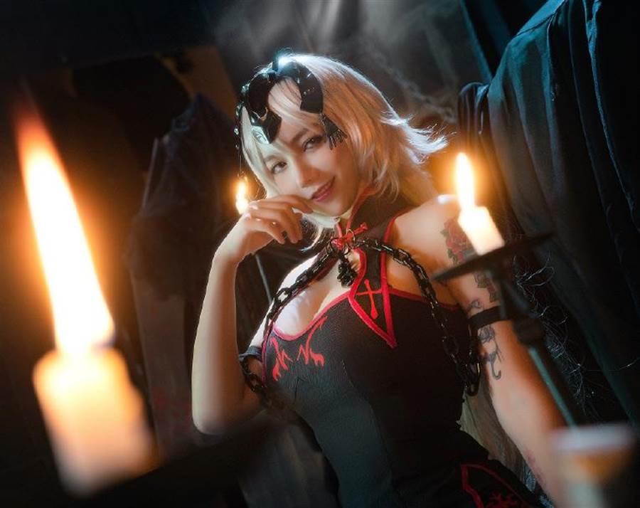 「洛麗塔大哥」經常以性感、cosplay扮相出現在螢光幕前。(圖/翻攝自微博)