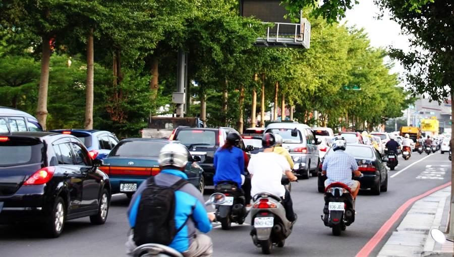 竹北經國橋走慈雲路進竹科每天都大塞車。(羅浚濱攝)