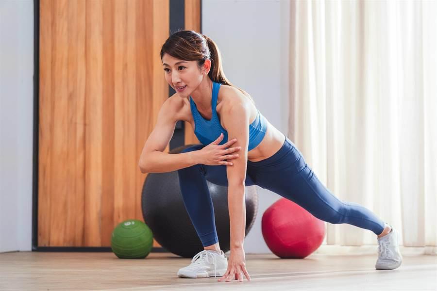 「肌力女神」Annie帶民眾坐在家就能做的健身操,打造健美體態。(Red Bull提供)