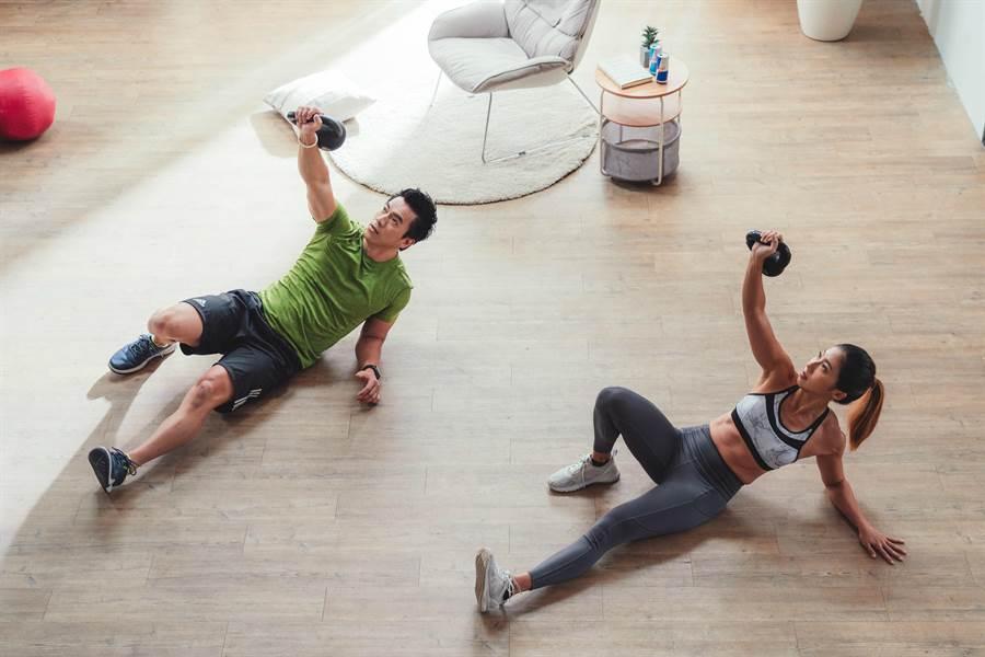 RED BULL客廳健身挑戰,圖為「土耳其起床」健身動作。(Red Bull提供)