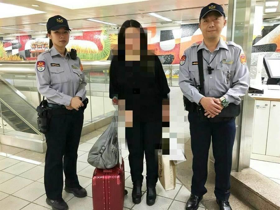 北市捷警隊二分隊員何廂一、黃馨慧協助王姓女子尋回行李。〔警方提供〕