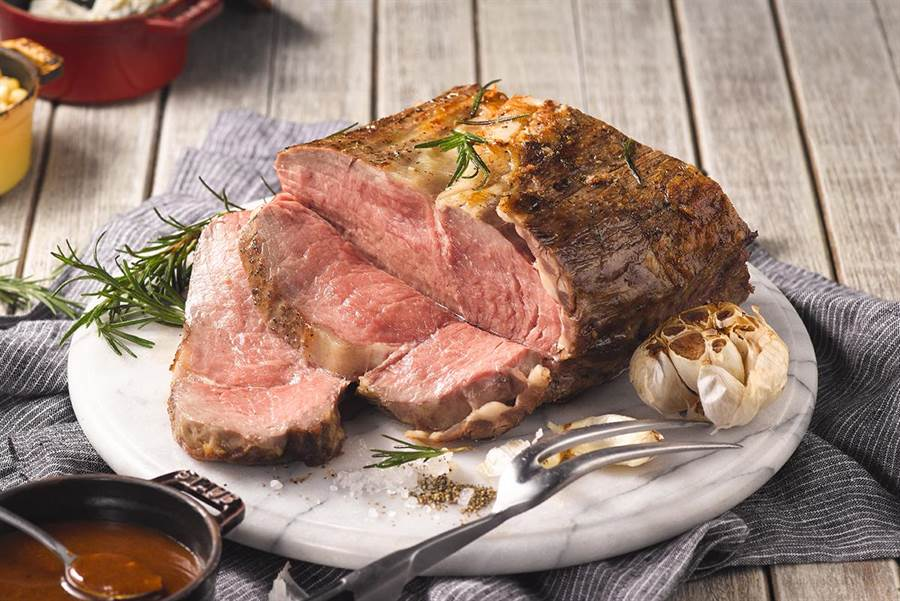 明星料理「爐烤肋眼牛排」肉質軟嫩多汁,深受老饕喜愛。(圖片提供/饗食天堂)