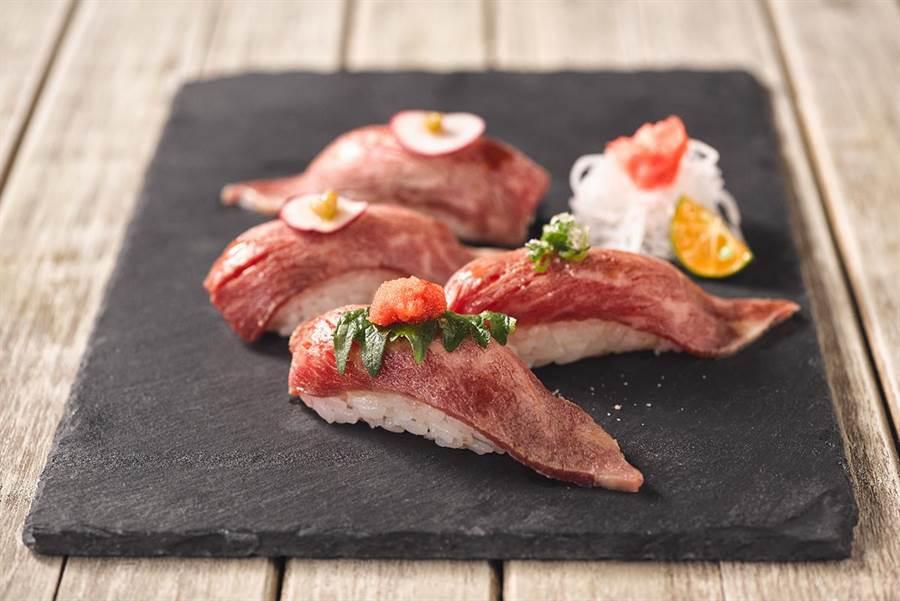 「和牛握壽司」以大理石斑紋澳洲和牛入饌,搭配主廚現捏醋飯。(圖片提供/饗食天堂)