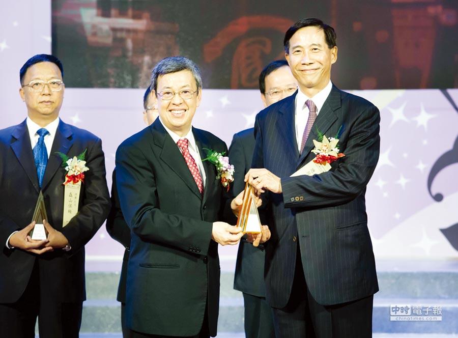 台灣人壽榮獲第15屆國家品牌玉山獎「傑出企業類」獲得全國首獎及4項「玉山獎」肯定。由台灣人壽總經理莊中慶從副總統陳建仁(左)手中接下「傑出企業類」、「傑出企業領導人」獎座。圖/台灣人壽提供