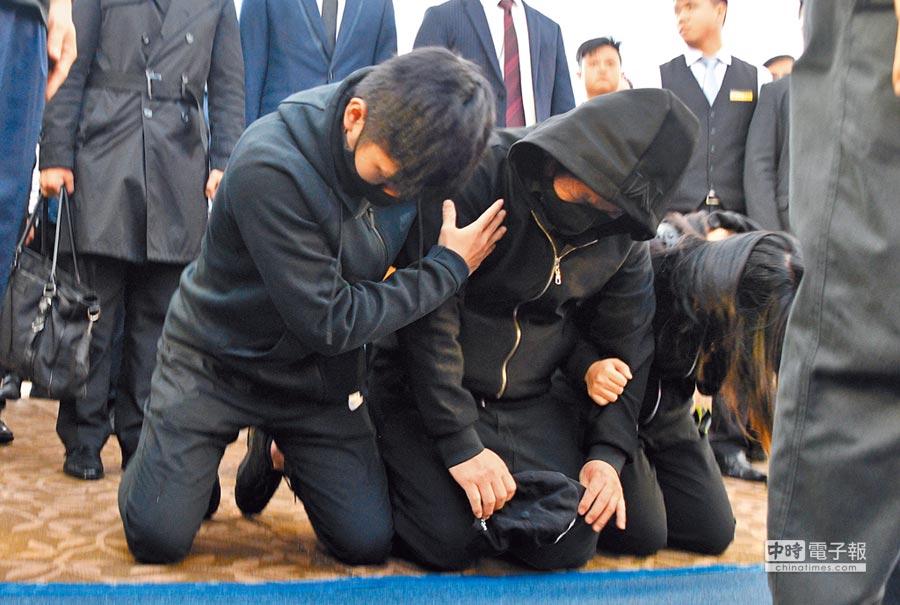 普悠瑪事故聯合公祭昨天在台東市立殯儀館舉行,司機員尤振仲在兒女攙扶下向罹難者致哀時,跪倒靈堂,泣不成聲。(莊哲權攝)