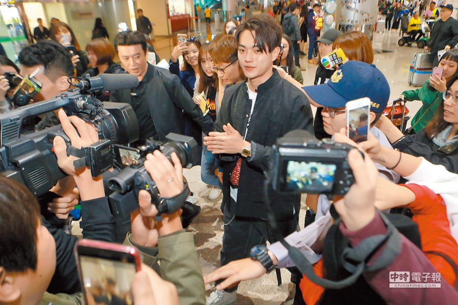 許凱昨抵達桃園機場時被大批媒體及粉絲包圍。(陳麒全攝)