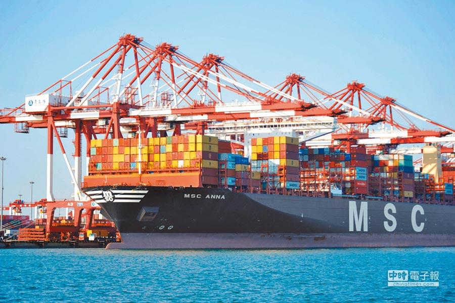 山東青島港外貿貨櫃碼頭,一艘貨輪裝卸貨櫃。(新華社資料照片)