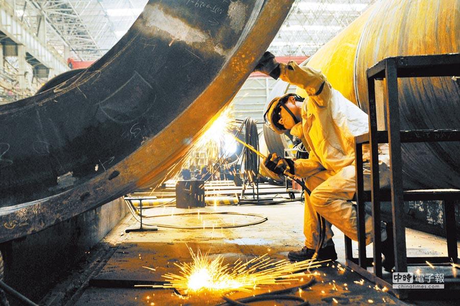 大陸10月官方製造業PMI為50.2,創2016年7月以來新低。圖為海洋石油工程(青島)有限公司員工在工作。(新華社資料照片)