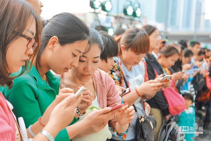 山西太原一群青年使用手機上網。(中新社資料照片)