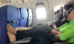 2婦飛機上餐桌「曬腳丫」 空姐勸阻反被嗆…