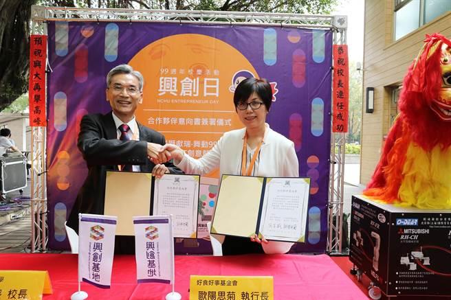 2日簽約儀式,由興大校長薛富盛(左)與好食好事基金會執行長歐陽思菊代表簽訂。(圖/興大)