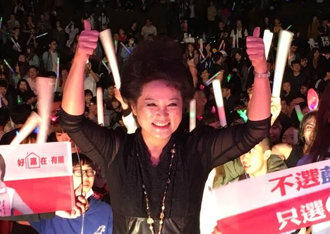 嘉義市候選人蕭淑麗與電音趴群眾高喊「世代交替」。(廖素慧攝)