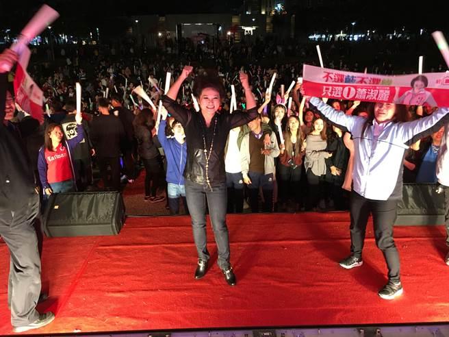 嘉義市候選人蕭淑麗與電音趴群眾高喊「凍蒜」。(廖素慧攝)