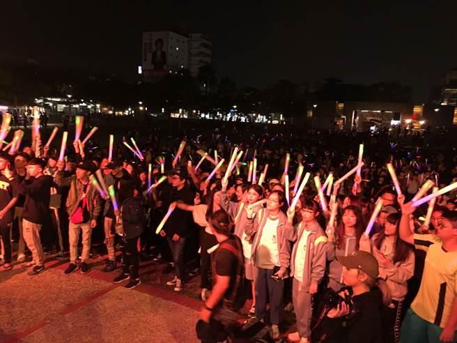 嘉義市候選人蕭淑麗辦電音趴,青年人手持螢光棒嗨翻。(廖素慧攝)