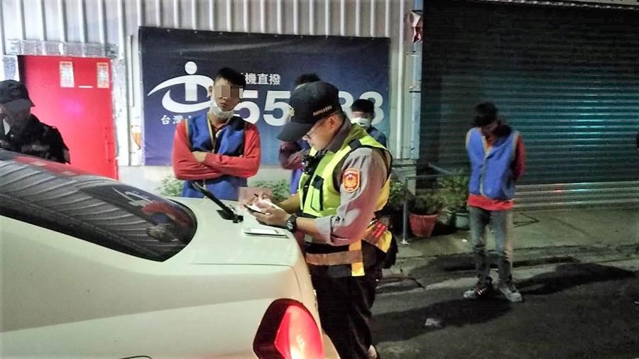 高雄仁武警方對拒絕接受攔查與連續違規的駕駛人開出8張罰單。(林瑞益翻攝)