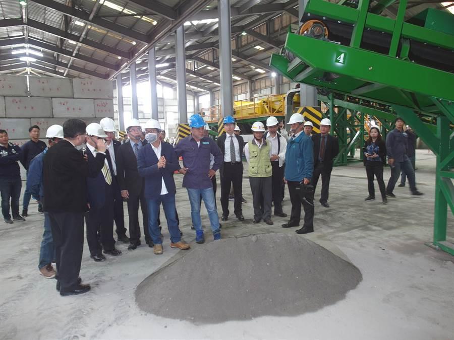 台南市焚化底渣處理廠預計每年可將8萬8000公噸的垃圾焚化底渣產製為再生粒料。(洪榮志攝)