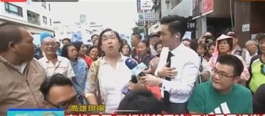 一位大嬸接受採訪時大喊,我的孩子都外漂,拜託讓韓國瑜當選,拜託拜托,我們真的太窮了!(中時電子報直播)