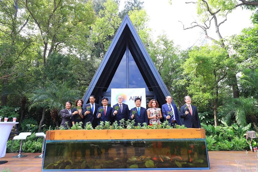 國際示範庭園2日首次亮相,台中市長林佳龍(右四)、AIPH會長Mr. Bernard Oosterom(中)等出席儀式。(陳淑娥攝)