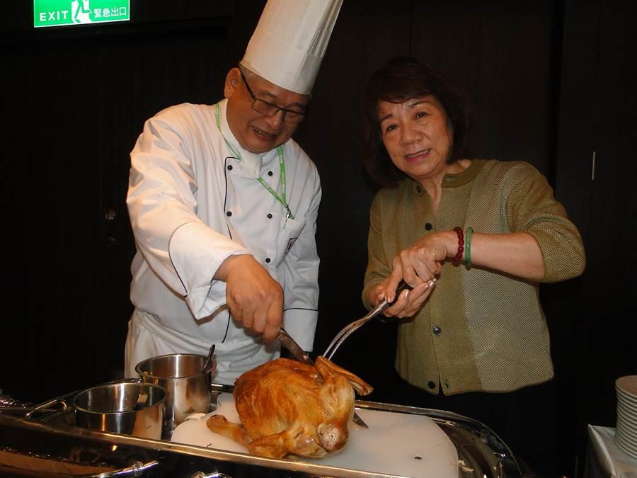君達育樂集團創辦人尹純綢(右)與飯店行政主廚劉瑞安(左 )對風味獨特的香草雞,深具信心。(范振和攝)