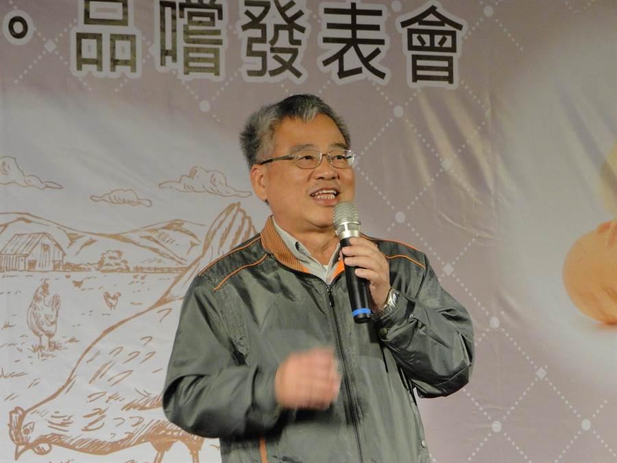 花蓮縣政府農業處長羅文龍為香草雞的品質掛保證。(范振和攝)