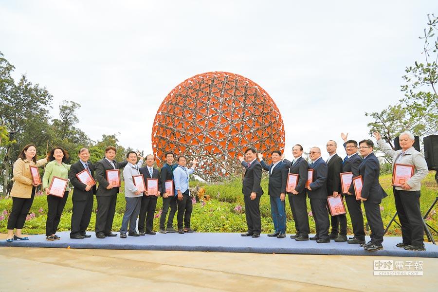 花博后里森林園區的機械花盛大「開花」,市長林佳龍(右八)等一起「聆聽花開的聲音」。(陳淑娥攝)