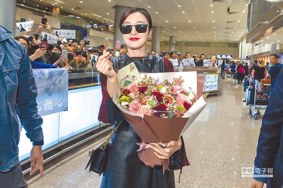 秦嵐昨清晨飛抵桃園機場時,親切問候粉絲還比出手指愛心。(陳麒全攝)