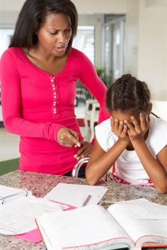 小學女兒作業寫太慢 把媽媽氣到當場「腦血管爆裂」中風