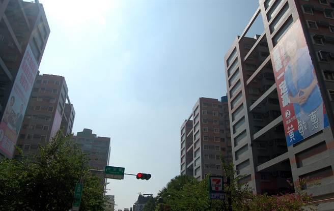 嘉義市長候選人蕭淑麗、黃敏惠在經國新城掛大看板對打。(廖素慧攝)