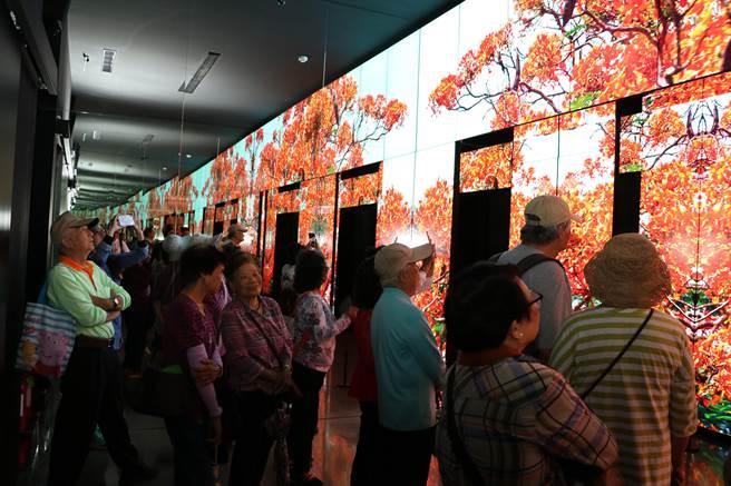 圖說:民眾3日赴台中世界花卉博覽會的后里森林園區,參觀友達光電的「微美館」,親自感受號稱全台最大556吋電視牆,所播放影像的視覺震憾效果。(圖/劉朱松)