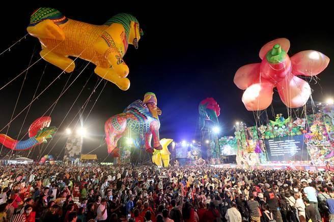 2018台中世界花卉博覽會開幕晚會,3日在水湳智慧城舉行,大型空飄汽球飄浮在三萬名觀眾上方,非常壯觀。(黃國峰攝)