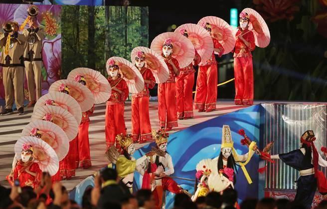 2018台中世界花卉博覽會開幕晚會,3日在水湳智慧城舉行,來自五大洲的表演團隊輪番表演,其中台灣廟會文化搬上舞台,令人眼花撩亂。(黃國峰攝)