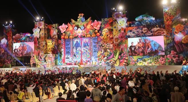 2018台中世界花卉博覽會開幕晚會,3日在水湳智慧城舉行,超過100公尺寬、20公尺高的繽紛巨型舞台,佈滿花卉,眼花繚亂。(黃國峰攝)