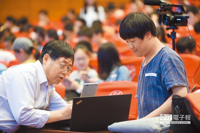 2017年5月7日,浙江大學數學系網路直播微積分課。圖為授課前教師與網路直播人員溝通。(新華社)
