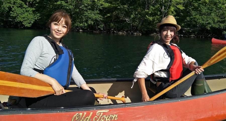 兩人划獨木舟。(民視提供)