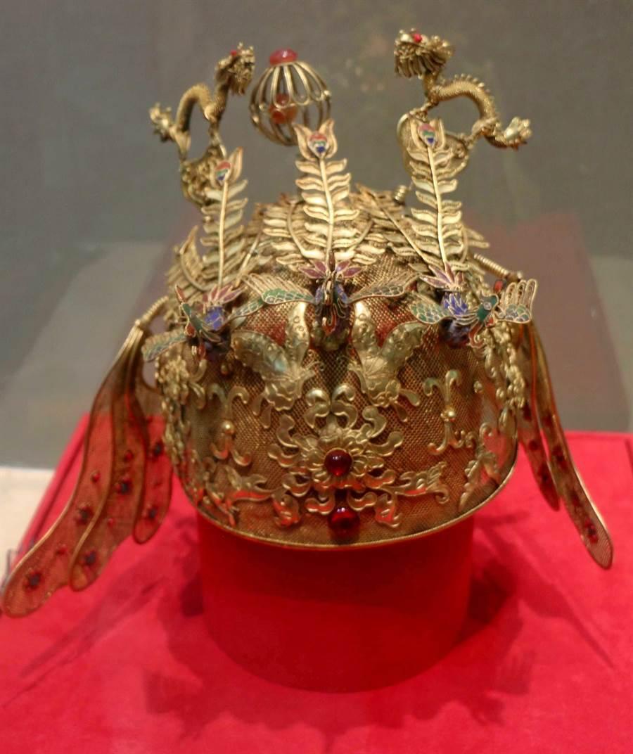 金門旅台鄉親王水衷今(3)日捐贈1130件銀器、金工器物與織品給縣文化局。(李金生攝)
