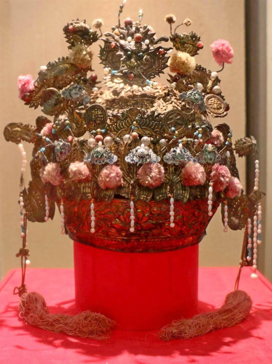 作工繁複精緻,喜氣洋洋的鳳冠,讓人看見古文物的精采。(李金生攝)