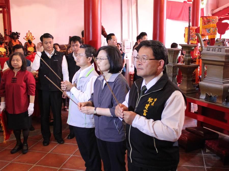 蔡英文總統3日下午在彰化縣長魏明谷、彰化市長邱建富陪同下到關帝廟上香。(吳敏菁攝)