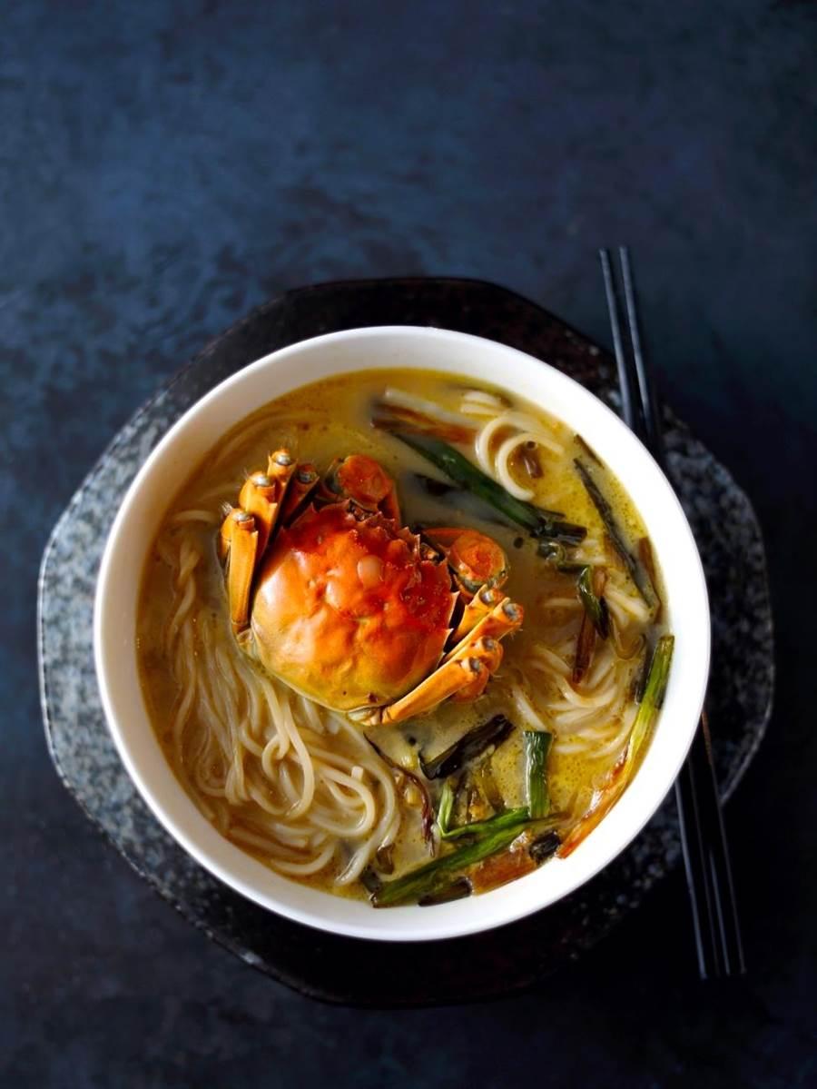 「蔥開大閘蟹煨麵」可同時品嘗軟嫩麵條與鮮美蟹肉。(圖片提供/台北亞都麗緻大飯店)