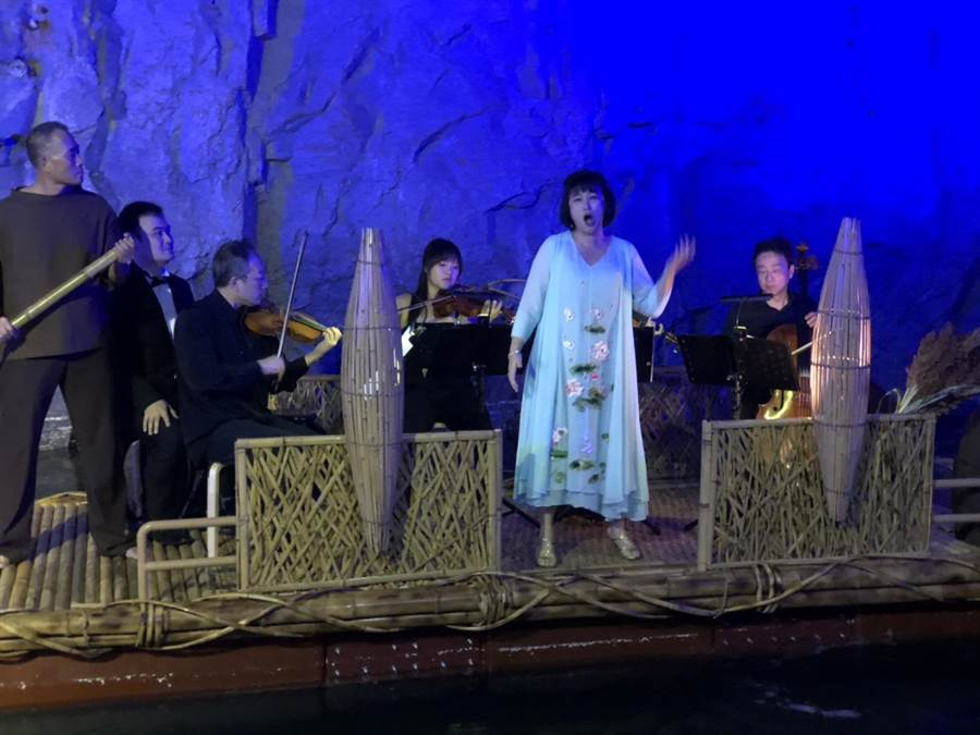 台灣第一女高音林惠珍以黃自的<思鄉>揭開序幕。(李金生攝)
