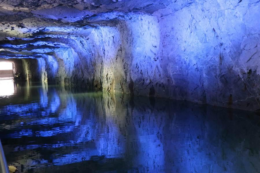 深邃翟山坑道的水藍色燈光,呈現一種迷濛的浪漫情調。(李金生攝)