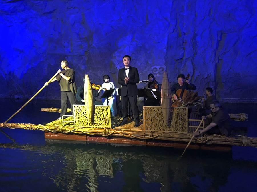 馬來西亞華僑新秀男高音丘越仁,在男女深情對唱和弦樂四重奏伴奏下,以經典歌劇中膾炙人口的選曲,重啟金門與南洋之間的深刻連結。(李金生攝)
