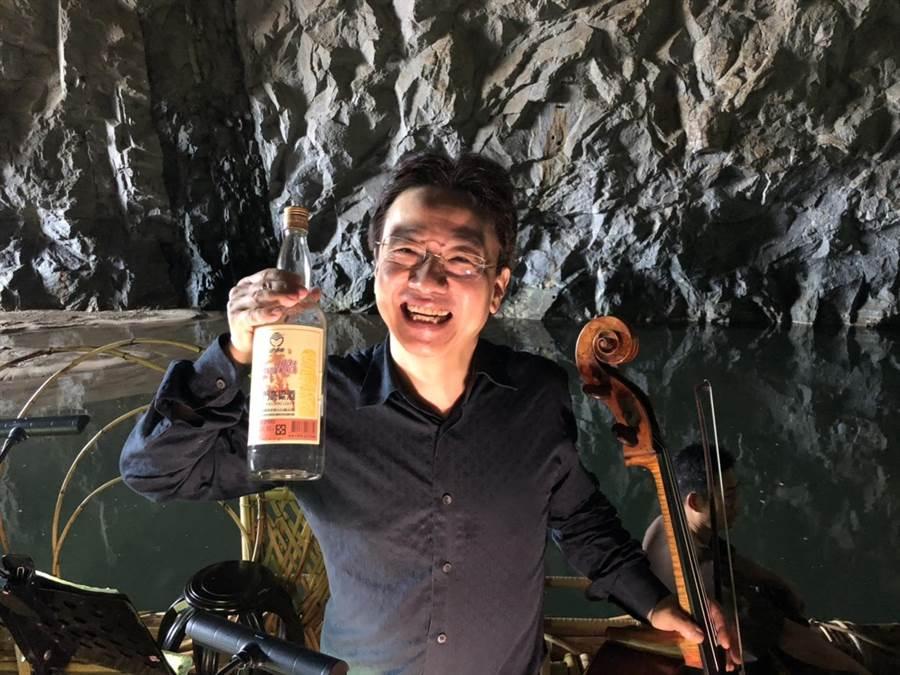 飄香兩岸,在國際大賽中屢次得獎的金門高粱酒也出現在演唱中,意外的被音樂家用來代替劇中的紅酒對飲。(李金生攝)